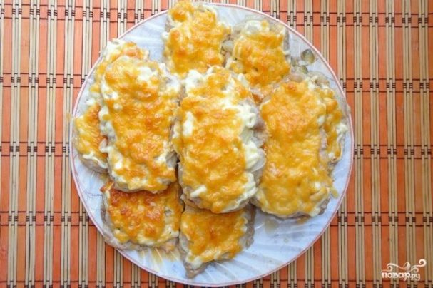 Мясо по-французски с луком и сыром