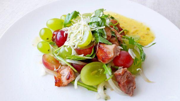 Вкусный салат с виноградом, мясом и рукколой в восточном стиле