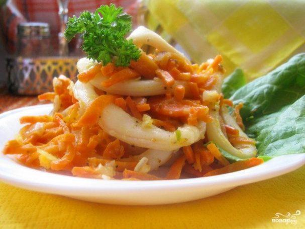 Кальмары, тушеные с луком и морковью