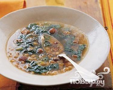 Суп с беконом, белой фасолью и салатом