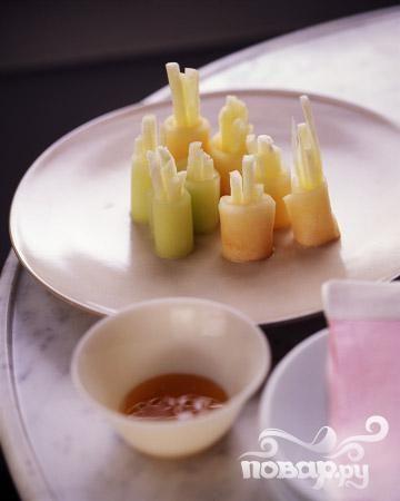 Холодные фруктовые суши с медовым соусом