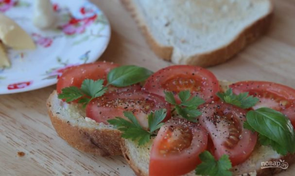 Бутерброд с чесноком и помидорами