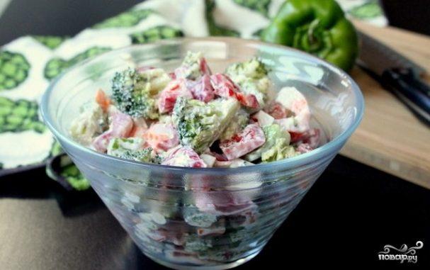 Крабовый салат с брокколи и болгарским перцем