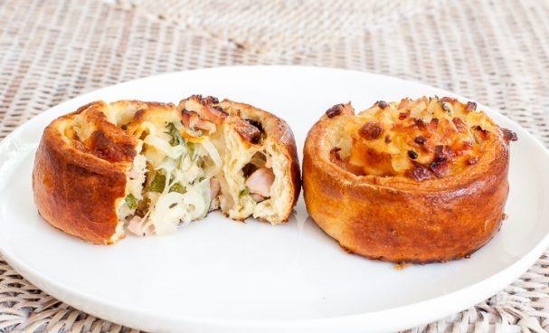 Булочки с начинкой из сыра и бекона