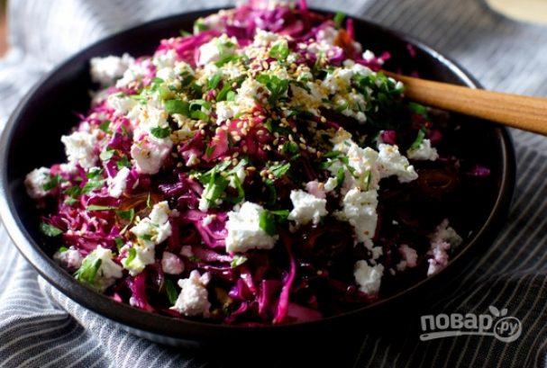 Салат с красной капустой, финиками и фетой