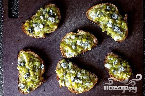 Тосты с голубым сыром и луком