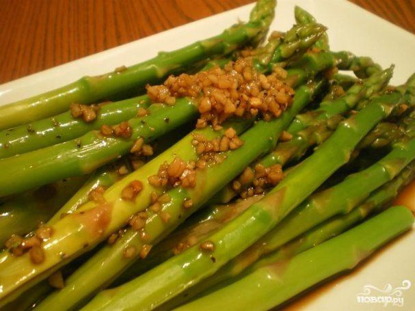Салат из спаржи с чесноком