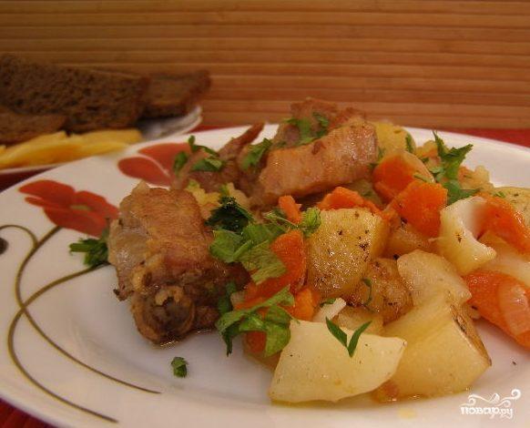 Свиные ребра, тушенные с картошкой