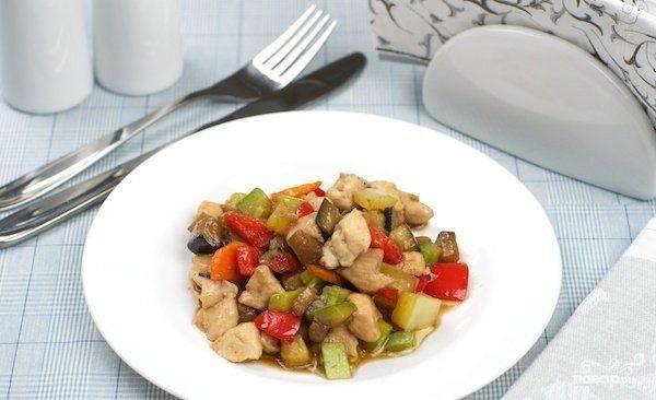 Куриное филе с соусом карри и овощами