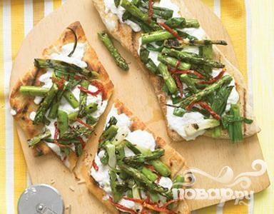 Пицца на гриле со спаржей и помидорами