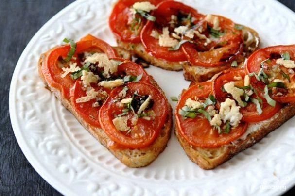 Открытый бутерброд с запеченными помидорами, сыром и бальзамическим уксусом