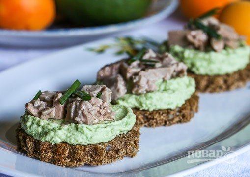 Тартинки с авокадо и печенью трески
