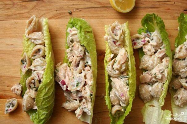 Салат с пастой и лососем