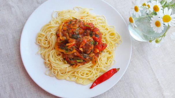 Спагетти с мясными фрикадельками в овощном соусе
