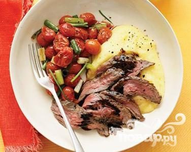 Стейк с полентой и жареными помидорами