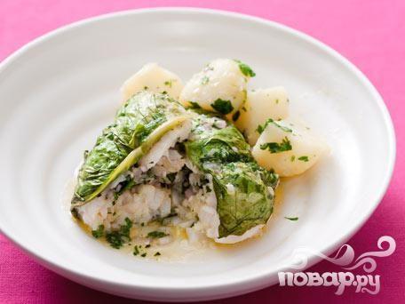 Рыба со специями в листьях салата