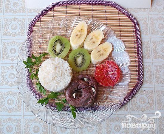 Салат из риса с сердцем и фруктами