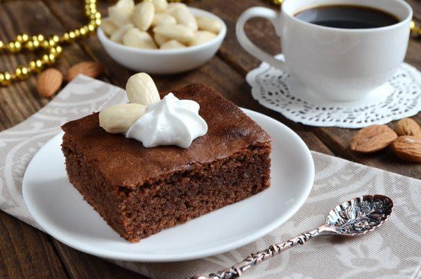 Шоколадные пирожные со вкусом миндаля