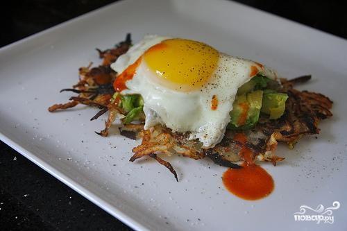 Картофельные оладьи с яйцом и авокадо