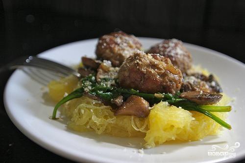 Спагетти сквош с фрикадельками и шпинатом