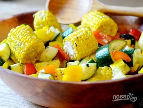 Овощной салат с кукурузными початками