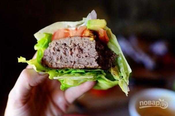 Гамбургер на салатных листьях