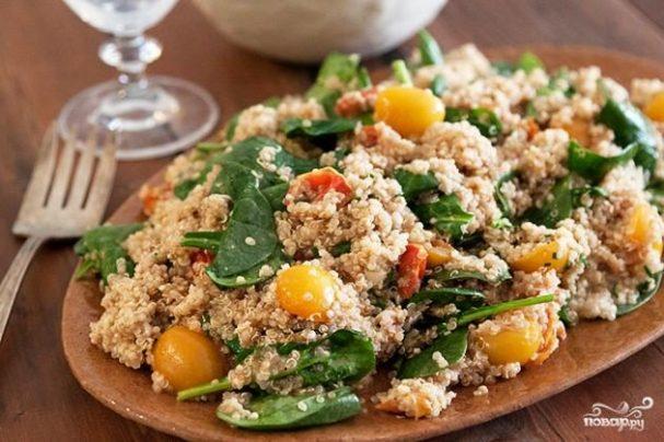 Салат из рисовой лебеды и запеченных помидоров