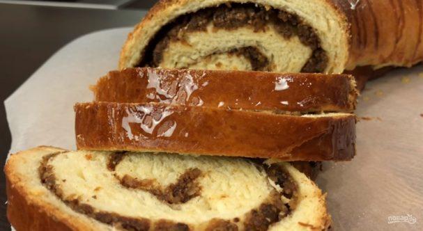 Рулет с черносливом и орехами в медовой корочке