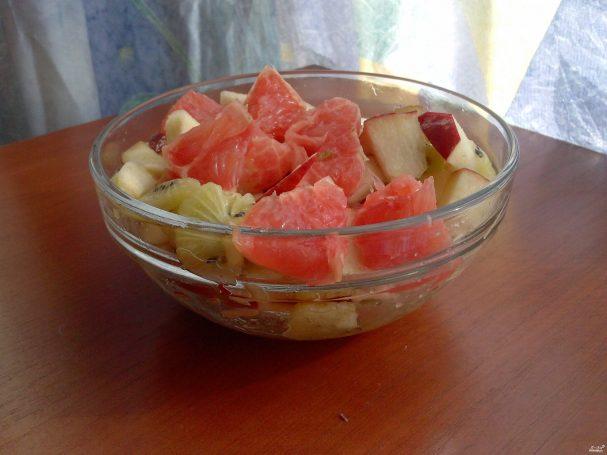 Фруктовый салат с коричневым схаром
