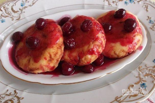 Творожные сырники с вишневым соусом