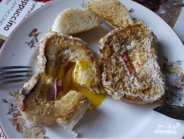 Яичница в хлебе с колбасой и сыром