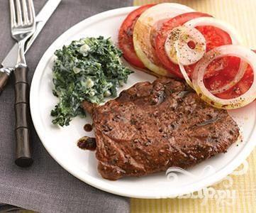 Стейк с томатным салатом и сливочным шпинатом
