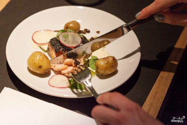 Филе спинки норвежской семги, жареное в золе из бурых водорослей, с огуречным желе