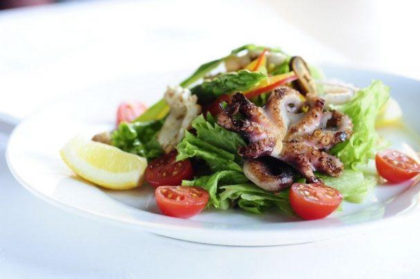 Пошаговый рецепт салата с кальмарами креветками