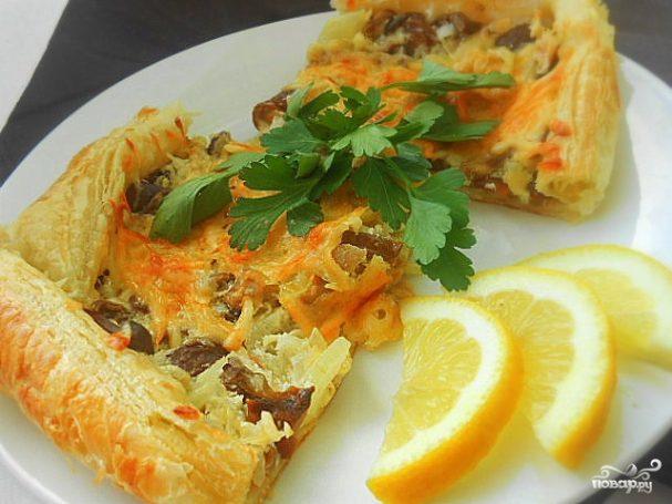 Слоеный пирог с грибами, сметаной и сыром