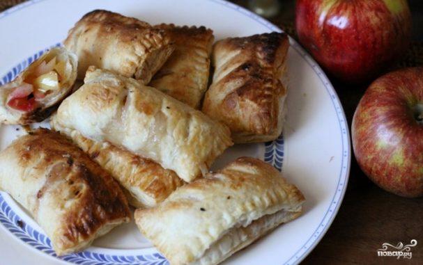 Пирожки из слоёного теста с яблоками
