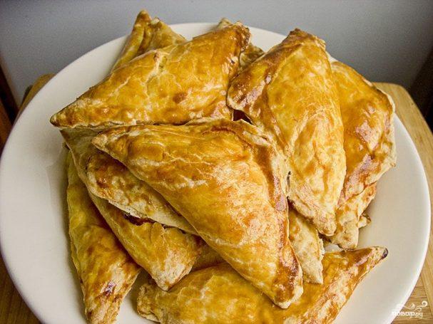 Треугольники с мясом и картошкой из слоеного теста пошаговый рецепт