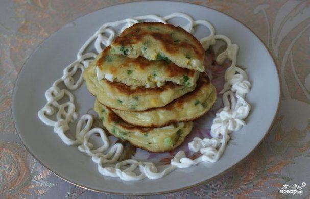 Оладьи с луком и яйцом на кефире