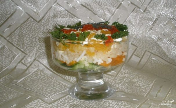Новогодний салат из красной рыбы с огурцом