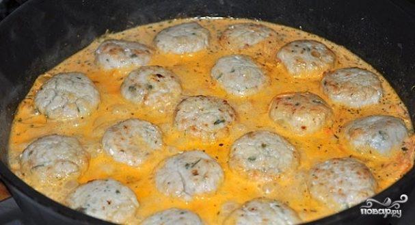 фрикадельки в сметанном томатном соусе на сковороде