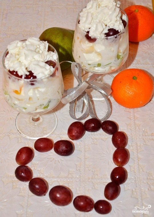Десерт со взбитыми сливками и фруктами