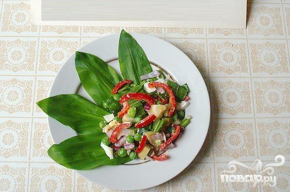 Весенний салат с черемшой и маринованными кабачками