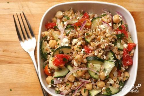 Салат с фарро, овощами и кедровыми орешками