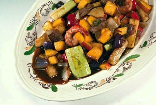 Теплый салат с манго и овощами