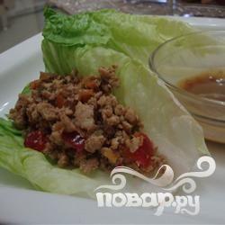 Курица с черешней, завернутая в лист салата