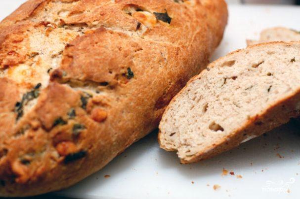 Домашний хлеб с орехами, базиликом и козьим сыром