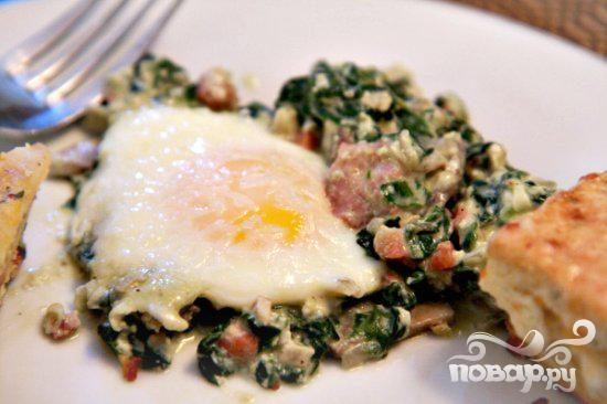 Запеченные яйца со шпинатом, грибами и беконом