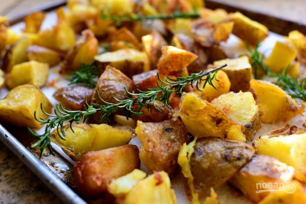 Жареный картофель с чесноком и розмарином