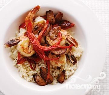 Обжаренные в масле креветки с рисом