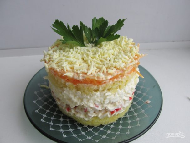 Салат слоеный с крабовыми палочками